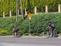 Jaslo/Yaslo, Πολωνία - μπορέστε 22.2018: Κίνδυνος οδικών σημαδιών στην εθνική οδό ασφάλεια της κυκλοφορίας Δύο τύποι που οδηγούν  στοκ φωτογραφία με δικαίωμα ελεύθερης χρήσης