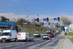 Jaslo/Yaslo, Польша - 14-ое апреля 2018: Городское движение на перекрестках одного города E Сигнализировать перекрестков движение Стоковое фото RF