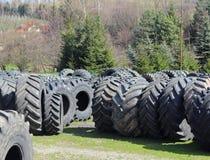 Jaslo/Yaslo Polen - april 12, 2018: Söta rubber gummihjul för olika bilar, lastbilar och traktorer Teknologi av bilindustri Royaltyfri Fotografi