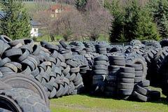 Jaslo/Yaslo Polen - april 12, 2018: Söta rubber gummihjul för olika bilar, lastbilar och traktorer Teknologi av bilindustri Arkivfoto