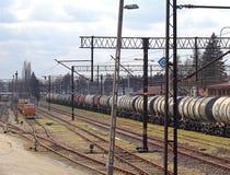 Jaslo/Yaslo, Polen - april 8, 2018: Station Locomotief met de wagens van een olietanks Het werk van de industrie Raffinaderij bui Stock Afbeeldingen