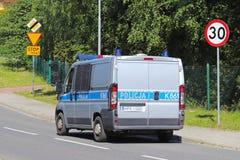 Jaslo/Yaslo, Polen - kan 22.2018: Het beperken van de snelheid van verkeer tot 30 km/h en einde Verkeersteken op de weg veilighei Royalty-vrije Stock Foto
