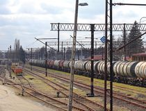 Jaslo/Yaslo, Polonia - 8 aprile 2018: Stazione ferroviaria Locomotiva con i vagoni dei serbatoi dell'olio Trasporto del carico Bu Immagini Stock