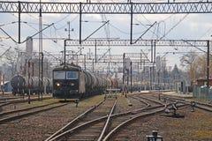 Jaslo/Yaslo, Polonia - 8 aprile 2018: Stazione ferroviaria Locomotiva con i vagoni dei serbatoi dell'olio Trasporto del carico Bu Immagini Stock Libere da Diritti