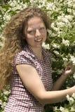 Jasmijn in een blond krullend haar Royalty-vrije Stock Afbeeldingen