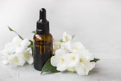 Jasmijnetherische olie Fles jasmijn aromatherapy olie met j stock foto