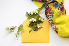Jasmim das flores brancas no envelope com o lenço no branco imagens de stock