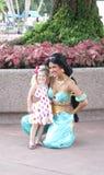 Jasmin-Haltungen mit kleinem Mädchen bei Epcot Lizenzfreie Stockfotos