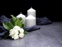 Jasmin und Kerzen auf dunklem Hintergrund lizenzfreie stockfotografie