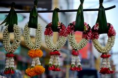 Jasmin und rosafarbene Blumengirlanden hängen mit Bananenblättern im Basar Hatyai Thailand Lizenzfreie Stockfotografie