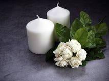 Jasmine και κεριά στο σκοτεινό υπόβαθρο στοκ φωτογραφίες