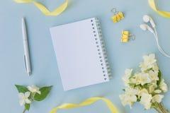 Σημειωματάριο προτύπων με τα άσπρα jasmine λουλούδια στοκ φωτογραφίες