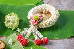 Jasmine Garland Northern Thai Style med bananbladbakgrund Arkivbilder