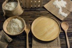 Jasmine Rice bianco Buon riso Tailandia sulle vecchie tavole di legno Fotografia Stock