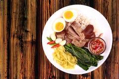 Jasmine Rice med kokt griskötthock, Khao Kha Moo Palo Royaltyfria Bilder