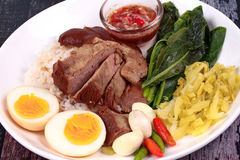 Jasmine Rice med kokt griskötthock, Khao Kha Moo Palo Royaltyfri Foto