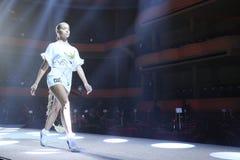 Jasmine Sanders geht die Rollbahn an der Wiederholung vor Philipp Plein-Modeschau stockbilder