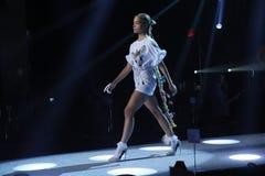 Jasmine Sanders geht die Rollbahn an der Wiederholung vor Philipp Plein-Modeschau lizenzfreies stockfoto