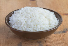 Jasminreis in einer Schale auf dem alten Plankenboden Thailändischer Jasmin gedämpfter Reis stockfoto