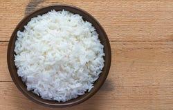 Jasminreis in einer Schale auf dem alten Plankenboden Thailändischer Jasmin gedämpfter Reis stockfotos