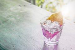 Jasminum im Glas auf dem Holztischhintergrund mit Steigung Lizenzfreie Stockfotos