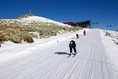 JASNA, ESLOVAQUIA - 23 DE ENERO: Los esquiadores y el cablecarril de la Rotonda s Fotografía de archivo libre de regalías