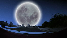 Jasna noc i księżyc w pełni nad miastem od samochodu przodu ilustracja wektor