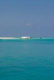 Jasna oceanów Maldives woda pod niebieskim niebem Fotografia Royalty Free
