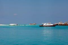 Jasna oceanów Maldives woda pod niebieskim niebem Obraz Royalty Free