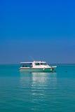 Jasna oceanów Maldives woda pod niebieskim niebem Zdjęcia Stock