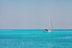 Jasna oceanów Maldives woda pod niebieskim niebem Obrazy Royalty Free