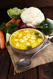 Jasna polewka z kurczakiem i kluskami Rosół z marchewkami, cebul różnorodni świezi warzywa w garnku fotografia royalty free