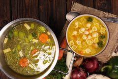 Jasna polewka z kurczakiem i kluskami Rosół z marchewkami, cebul różnorodni świezi warzywa w garnku zdjęcia stock