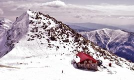 JASNA, SLOVACCHIA - aprile: Chalet sulla collina Chopok nella stazione sciistica Jasna Fotografia Stock