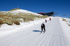JASNA, SLOVAQUIE - 23 JANVIER : Les skieurs et la benne suspendue rotunda s Photographie stock libre de droits