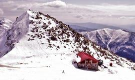 JASNA, SLOWAKIJE - April: Chalet op heuvel Chopok in skitoevlucht Jasna stock fotografie