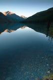 Jasna woda halny jezioro przy zmierzchem Obrazy Royalty Free