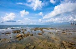 Jasna woda i skały blisko beach/water/sea/clear/błękitny Livorno/Tuscany/Włochy obrazy stock