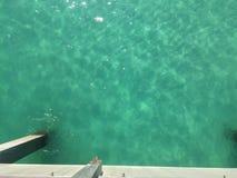 Jasna zieleni woda na zatoki wybrzeżu Zdjęcie Royalty Free