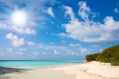 Jasnego ocean wody natury tropikalnego tła wakacyjny luksusowy kurort z słońcem Zdjęcie Royalty Free