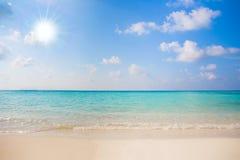 Jasnego ocean wody natury tropikalnego tła wakacyjny luksusowy kurort z słońcem Obrazy Royalty Free