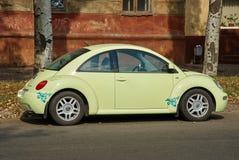Jasnozielony Volkswagen New Beetle samochód parkujący w ulicie Zdjęcie Stock