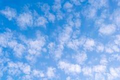 Jasny Błękitny Chmurny niebo Zdjęcia Stock