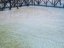 Jasny błękitny morze i drewniany most, Zdjęcia Royalty Free
