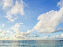 Jasny błękitny morze, niebo i biel chmury, Fotografia Royalty Free