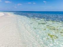Jasny błękitny morze, niebo i biel, wyrzucać na brzeg Obraz Stock