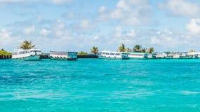 Jasny błękitny morze, niebo i marina, Fotografia Royalty Free