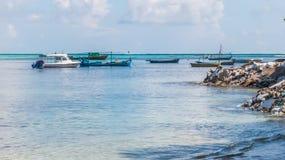 Jasny błękitny morze, niebo i rozmaitość łodzie, Zdjęcia Royalty Free