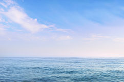 Jasny błękitny morze pod pięknym niebem Obrazy Stock
