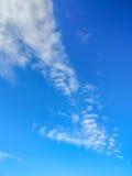 Jasny błękitny tropikalny niebo z biel chmurą wlec w Samui wyspie, Fotografia Royalty Free